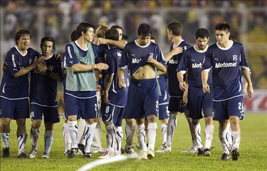 Los jugadores de Independiente salen del campo de juego luego de empatar 2-2 con Deportes Tolima. Foto: EFE