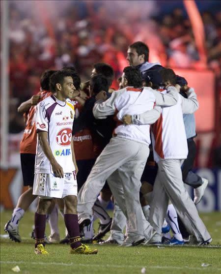Jugadores de Independiente de Avellaneda (atrás) celebran el empate 0-0 y su clasificación ante Deportes Tolima. Foto: EFE