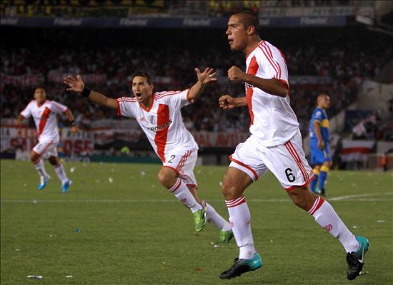 El jugador del River Plate Johnatan Maidana (c) celebra un gol ante Boca Juniors. Foto: EFE