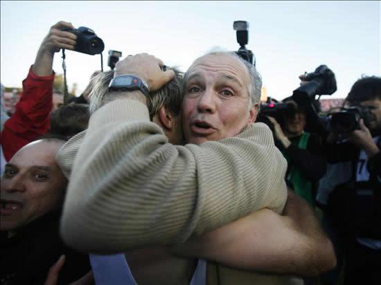 El DT de Estudiantes de la Plata, Alejandro Sabella (d), abraza al jugador Gastón Fernández para celebrar. Foto: EFE
