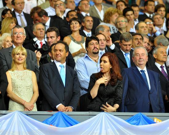 La presidenta de Argentina, Cristina Fernández de Kirchner (c), junto al presidente de la AFA, Julio Grondona (d) y al gobernador de la provincia de Buenos Aires Daniel Scioli/EFE