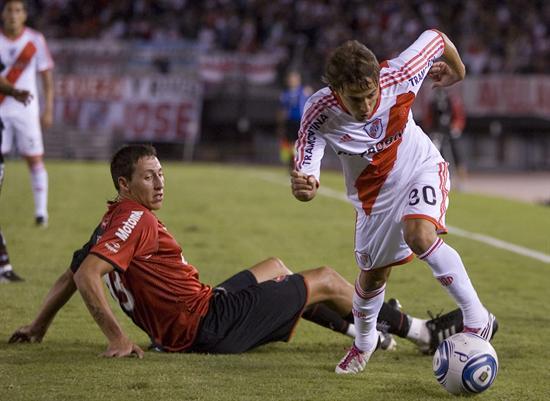 El jugador de River Plate Diego Buonanotte (d) disputa el balón con Cristian Lema (i) de Newell´s. Foto: EFE
