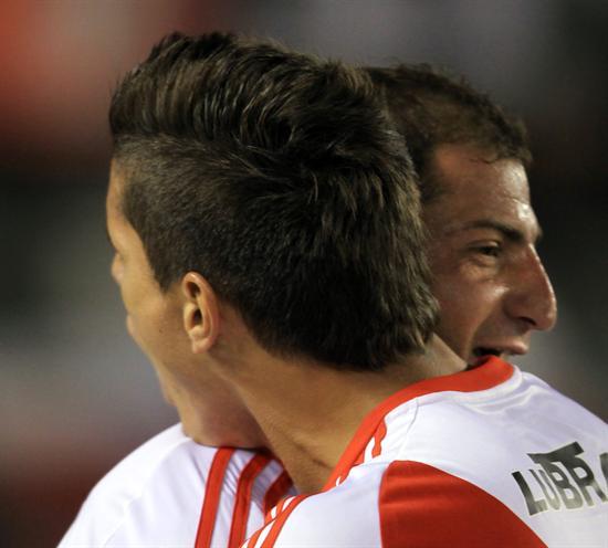 El jugador de River Plate Leandro Carusso (d) celebra su gol ante Newell´s Old Boys. Foto: EFE