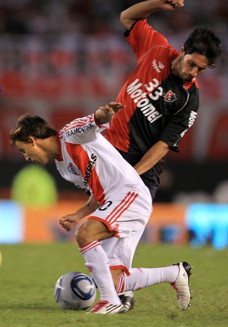 El jugador de River Plate Diego Buonanotte (i) disputa el balón con Hernán Villalba (d) de Newell´s. Foto: EFE