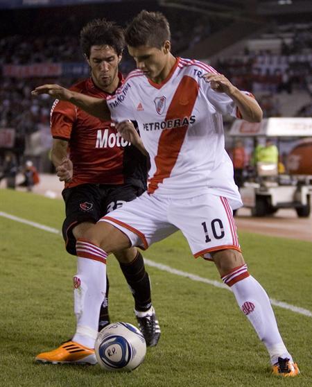 El jugador de River Plate Eric Lamela (d) disputa el balón con Hernán Villalba (i) de Newell´s. Foto: EFE