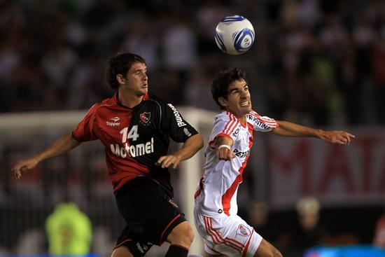 El jugador de River Plate Juan Manuel Díaz (d) disputa el balón con Mauricio Sperdutti (i) de Newell´s. Foto: EFE