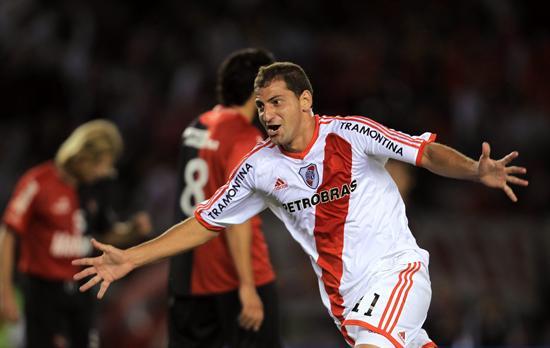 El jugador de River Plate Leandro Carusso celebra su gol ante Newell´s. Foto: EFE