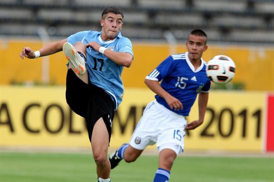 El jugador de Argentina Pablo Carreras (d) disputa el balón con Gianni Rodriguez (i) de Uruguay/EFE