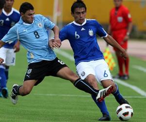 El jugador de Argentina Arian Pucheta (d) disputa el balón con Elbio Alvarez (i) de Uruguay/EFE