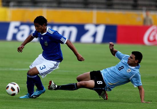 El jugador de Argentina Marcos Pinto (i) disputa el balón con Elbio Alvarez (d) de Uruguay/EFE
