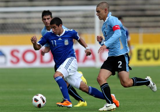 El jugador de Argentina Brian Ferreira (i) disputa el balón con Emiliano Velásquez (d) de Uruguay/EFE
