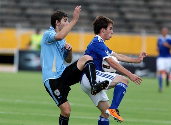 El jugador de Argentina Andrada Federico (d) disputa el balón con Emiliano Velasquez (i) de Uruguay/EFE