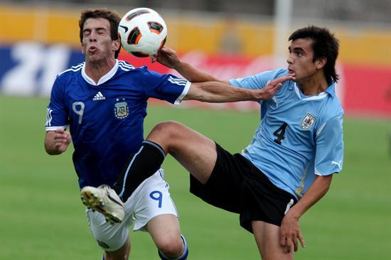 El jugador de Argentina Andrada Federico (i) disputa el balón con Agustín Tabarez (d) de Uruguay/EFE