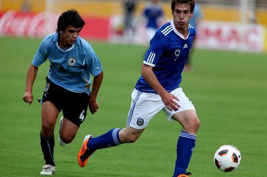 El jugador de Argentina Andrada Federico (d) disputa el balón con Agustín Tabarez (i) de Uruguay/EFE