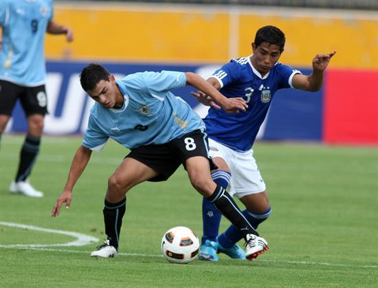 El jugador de Argentina Marcos Pinto (d) disputa el balón con Elbio Álvarez (i) de Uruguay/EFE