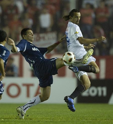 El jugador de Independiente de Avellaneda Leonel Galeano (i) disputa el balón con Hernán Barcos de la Liga/EFE