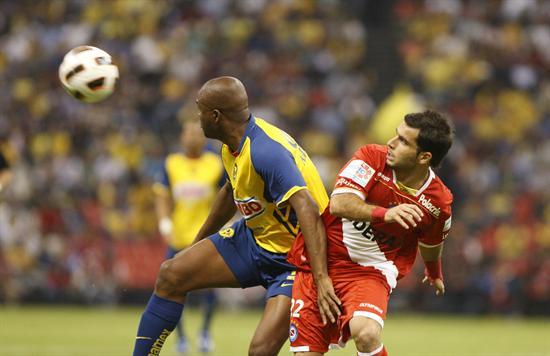 El defensa de América Aquivaldo Mosquera (i) disputa el balón con el delantero Franco Niell (d), de Argentinos/EFE