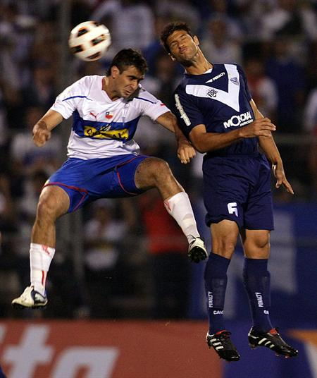 El jugador de Universidad Católica Lucas Pratto (i) lucha un balón aéreo con Sebastián Domínguez (d) de Vélez/EFE