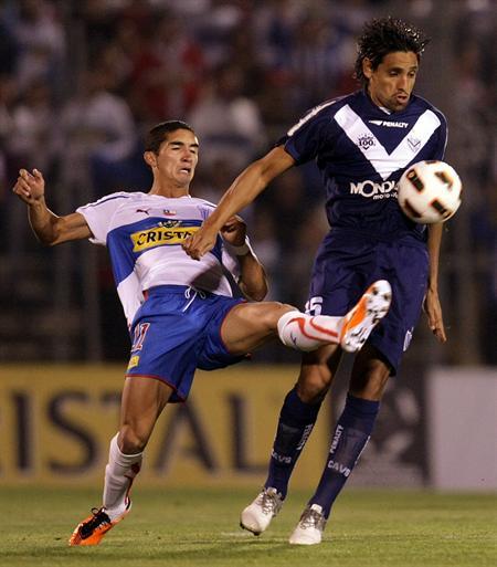El jugador de Universidad Católica Santiago Dittborn (i) lucha por el balón con Ezequiel Rescaldani (d) de Vélez/EFE