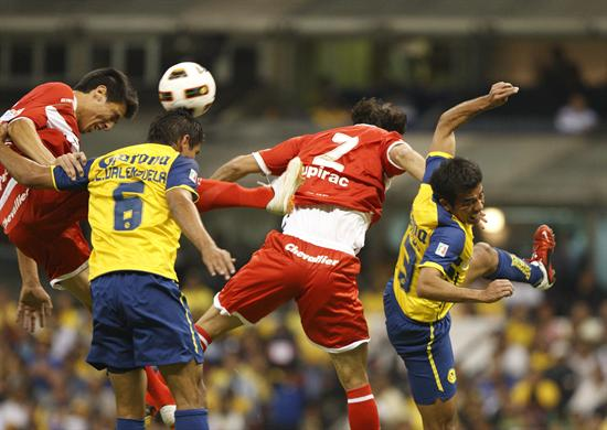 Jugadores de América y de Argentinos Juniors disputan el balón/EFE