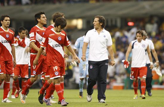 El director técnico de Argentinos Juniors, Pedro Troglio (2-d), y sus jugadores/EFE