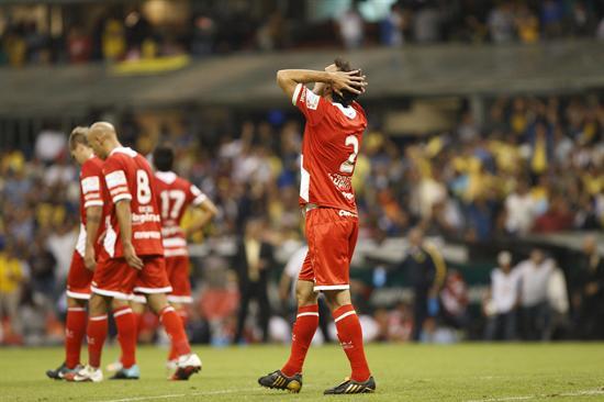 El defensor de Argentinos Junior Santiago Gentiletti se lamenta después de una anotación ante América/EFE