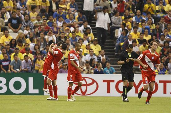 Jugadores de Argentinos Juniors celebran después de anotar un gol ante América/EFE