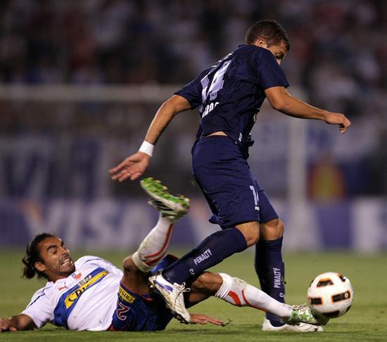 El jugador de Universidad Católica Juan Eluchans (i) hace la marca a Héctor Canteros (d) de Vélez/EFE