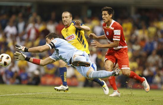 El portero de Argentinos Juniors, Nicolás Navarros (adelante) ataja el balón ante Vicente Matías Vuoso/EFE