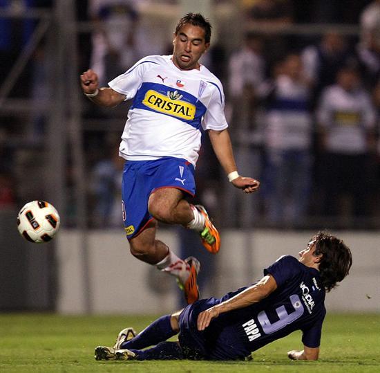 El jugador de Universidad Católica Fernando Meneses (i) es marcado por Emiliano Papa (d), de Vélez Sarsfield/EFE