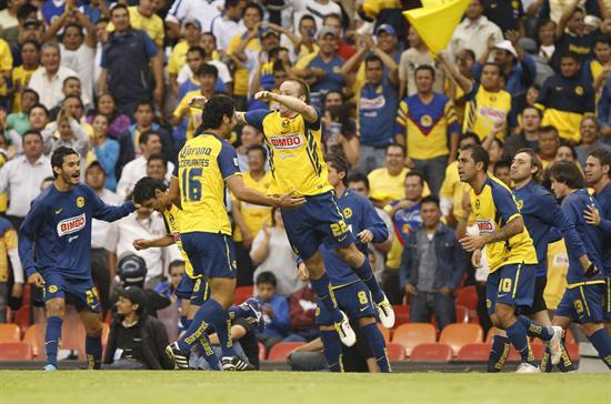 El delantero de América Vicente Matías Vuoso (c) celebra después de anotar un gol ante Argentinos/EFE