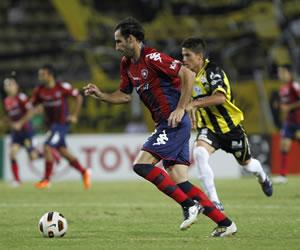 El jugador del Cerro Porteño de Paraguay Roberto Nani (i) avanza con el balón ante la marca de Diego Guerrero (d) del Deportivo Táchira/EFE