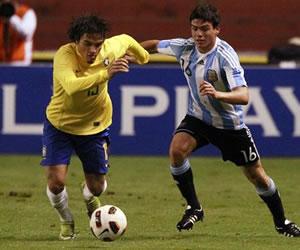 El jugador de Brasil Misael (i) disputa el balón con Jonathan Silva de Argentina/EFE
