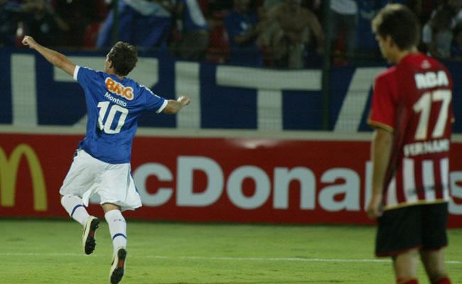 El argentino Walter Montillo del Cruzeiro ante studiantes de La Plata/EFE