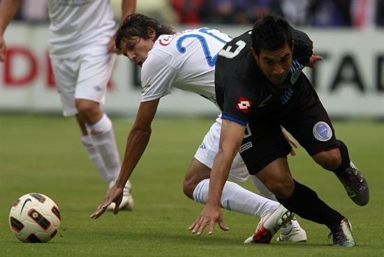 El jugador de Liga de Quito Enrique Vera (i) disputa el balón con Ariel Rojas (d), del Godoy Cruz/EFE