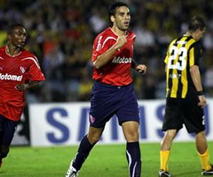 El jugador de Independiente de Argentina Facundo Parra (c) celebra un gol ante Peñarol/EFE