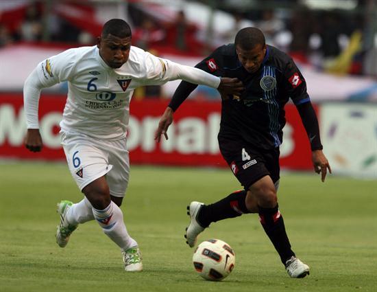 El jugador de Liga de Quito Jorge Guagua (i) disputa el balón con Carlos Sánchez (d), del Godoy Cruz/EFE