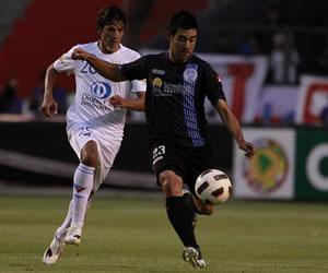 El jugador de Liga de Quito Enrique Vera (i), dispusta el balon con Ariel Rojas (d) del Godoy Cruz/EFE