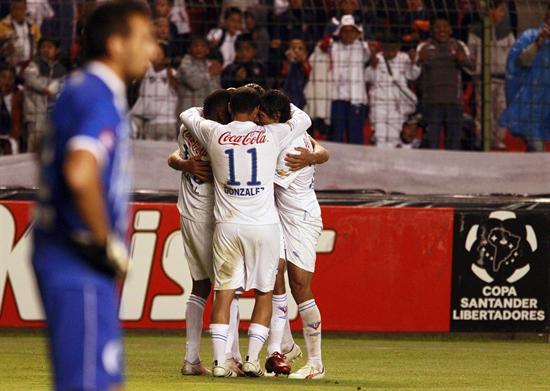 Jugadores de Liga de Quito celebran la anotación de Hernán Barcos ante Godoy Cruz/EFE