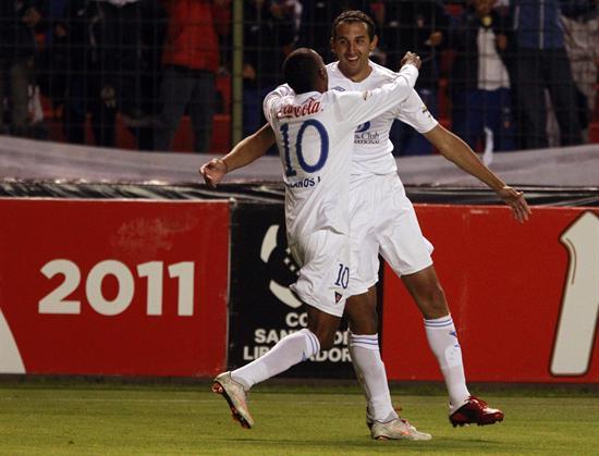 El jugador de Liga de Quito Hernán Barcos (d) celebra con su compañero Luis Bolaños/EFE