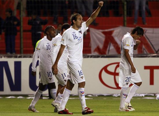 El jugador de Liga de Quito Hernán Barcos (c) celebra con sus compañeros tras anotar ante Godoy Cruz/EFE