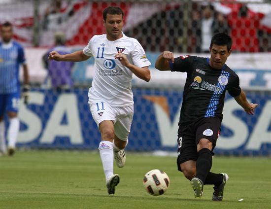 El jugador de Liga de Quito Ezequiel González (i) disputa el balón con Ariel Rojas (d), del Godoy Cruz/EFE
