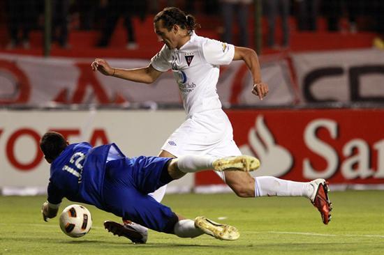 Hernán Barcos (d), disputa el balón con el arquero Sebastian Torrico (i) del Godoy/EFE