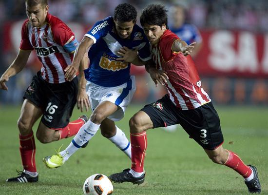 Los jugadores de Estudiantes de La Plata Facundo Roncaglia (d) y Germán Re (i) disputan el balón con Monteiro (c) de Cruzeiro/EFE