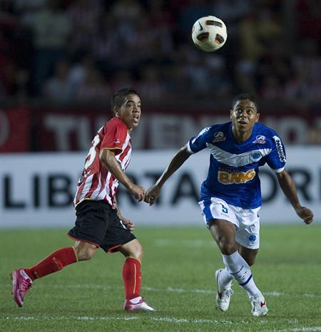 El jugador de Estudiantes de La Plata Maximiliano Núñez (i) disputa el balón con Silva Filho (d de Cruzeiro/EFE