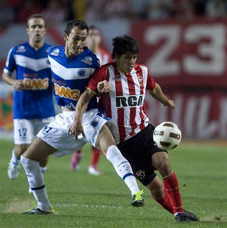 El jugador de Estudiantes de La Plata Facundo Roncaglia (d) disputa el balón con Cardoso (i) de Cruzeiro/EFE