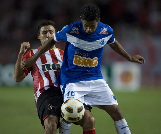 El jugador de Estudiantes de La Plata Nélson Benítez (i) disputa el balón con Monteiro (d) de Cruzeiro/EFE