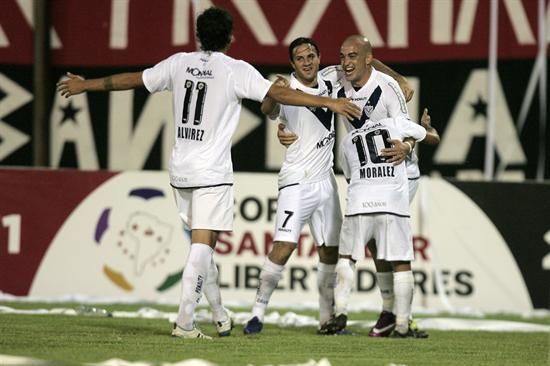 El jugador del Vélez Sarsfield Santiago Silva (d) celebra con sus compañeros de equipo tras una anotación ante el Caracas/EFE