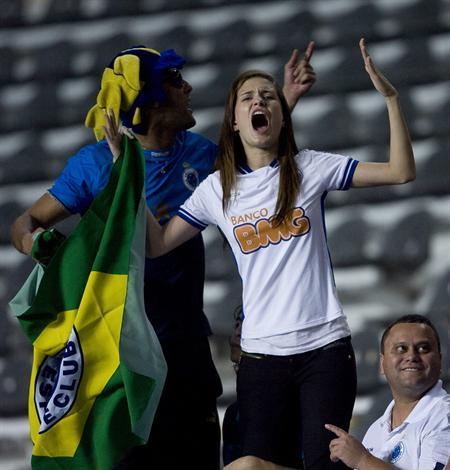 Hinchas de Cruzeiro animan a su equipo ante Estudiantes de La Plata/EFE