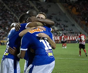 Jugadores de Cruzeiro celebran un gol ante Estudiantes de La Plata/EFE